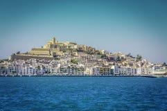 Ibiza Eivissa gammal stad med blå medelhavstadssikt Arkivbild