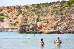 IBIZA, ESPAGNE 13 AOÛT : Plage de Cala Bassa en août 13,2011 sur l'île d'Ibiza les Îles Baléares, Espagne. images libres de droits