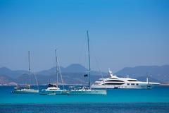 Ibiza kustsikt från Formentera med ankarfartyg Royaltyfri Bild