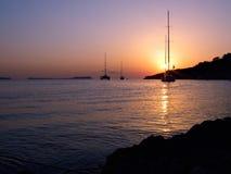 Ibiza Sonnenuntergang mit Segelbooten Lizenzfreie Stockfotos