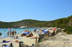 IBIZA, SPAGNA - 31 AGOSTO 2016: i bagnanti in Ses Salines tirano nell'isola di Ibiza, Spagna Fotografia Stock