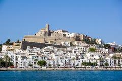IBIZA SPANIEN, Juli 18 2018: Sikt av Dalten Vila eller övrestad och dess domkyrka i Ibiza, Spanien arkivfoton