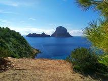 Ibiza und seine Wunder das blaue Kristallmeer, die kleine Insel von Es Vedra gesehen von den Klippen von Cala D 'Hort in einem bl lizenzfreie stockfotografie