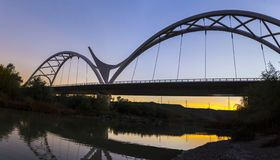 Ibn Abbas Firnas Bridge no por do sol, Córdova, Espanha fotos de stock royalty free