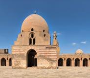 Ibn Tulun清真寺洗净液喷泉有尖塔的远的距离的,开罗,埃及 库存图片