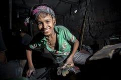 Ibrahim Age 19, trabajado aquí mañana a la igualación en cercano del río de Burigonga en Dacca, Bangladesh fotos de archivo