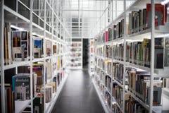 Ibrary-Innenraum, Bibliothekseinstellung mit Büchern und Lesematerial auf weißem Regal an TCDC-Bibliothek, Bangkok, Thailand Lizenzfreies Stockfoto