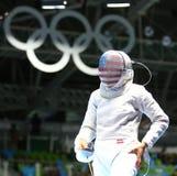 Ibtihaj Muhammad de los Estados Unidos en la acción durante el partido individual del sable del ` s de las mujeres de la Río 2016 Fotos de archivo libres de regalías