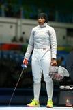 Ibtihaj Muhammad de los Estados Unidos en la acción durante el partido individual del sable del ` s de las mujeres de la Río 2016 Foto de archivo