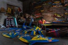 Ibu邪魔是从Ubud的一位工匠 每天她做了被画并且被上色使用明亮和的微型海浪小船工艺 库存照片