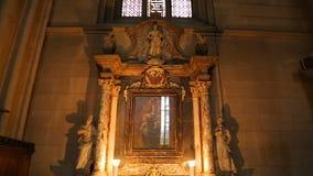 Icône antique de la mère de Dieu avec l'enfant à la cathédrale de Zagreb, prière de femme banque de vidéos