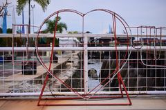 Icône d'amour et terrain de jeu coloré en parc photos stock