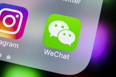 Icône d'application de messager de Wechat sur le plan rapproché d'écran de smartphone de l'iPhone X d'Apple Icône du messager APP Image stock