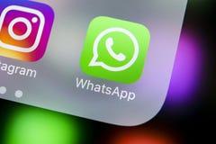 Icône d'application de messager de Whatsapp sur le plan rapproché d'écran de smartphone de l'iPhone X d'Apple Icône du messager A Images libres de droits