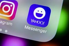 Icône d'application de messager de Yahoo sur le plan rapproché d'écran de smartphone de l'iPhone X d'Apple Icône du messager APP  Image libre de droits