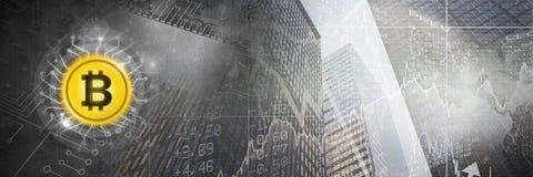 Icône de Bitcoin et transition de ville avec le code de circuit Photos libres de droits