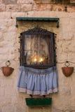 Icône de mère de Dieu avec des pots et des bougies de floerw extérieurs Concept de religion et de foi Icône antique dans l'archit image libre de droits