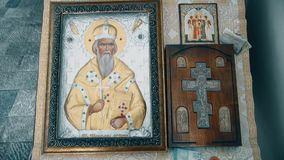 Icône et croix orthodoxes de prière banque de vidéos