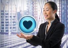 Icône et femme d'affaires d'amour de coeur avec la paume de mains ouverte dans le bureau municipal Photo stock