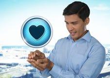 Icône et homme d'affaires d'amour de coeur avec la paume de mains ensemble dans la ville Photos stock