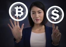 Icône graphique de bitcoin émouvant de femme d'affaires et icône du dollar Photos libres de droits
