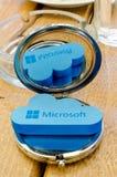 Icône Microsoft Windows OneDrive sur le petit miroir rond avec la réflexion Photo stock