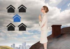 Icônes à la maison et femme d'affaires se tenant sur le toit avec la cheminée et la ville dans la distance Image stock