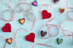 Icônes de célébration, coeurs et ruban coloré Images stock