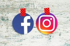 Icônes de rond de Facebook et d'Instagram attachées du ruban adhésif avec le rouge dans les points blancs photos libres de droits