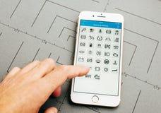 Icônes de service de voiture sur l'iPhone 7 plus le logiciel d'application Photos libres de droits