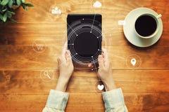 Icônes virtuelles avec une personne tenant un comprimé Photographie stock libre de droits