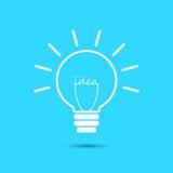 Icône d'ampoule d'idée d'isolement sur le fond bleu Image libre de droits
