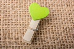 Icône de forme de coeur attachée à la pince à linge Image stock