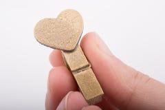 Icône de forme de coeur attachée à la pince à linge Photographie stock libre de droits