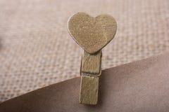 Icône de forme de coeur attachée à la pince à linge Photographie stock