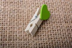 Icône de forme de coeur attachée à la pince à linge Photos stock