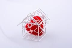 Icône de forme de coeur dans le modèle de maison en métal Photographie stock libre de droits