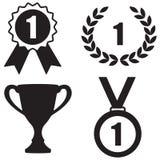 Icône de récompenses réglée : Tasse de trophée, guirlande de laurier, insigne et médaille Images libres de droits