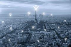 Icône de Wifi et ville de Paris avec le concept de connexion réseau, Paris images libres de droits