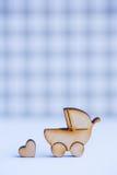 Icône en bois de boguet de bébé et de peu de coeur sur le backgrou à carreaux Image stock