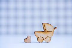 Icône en bois de boguet de bébé et de peu de coeur sur le backgrou à carreaux Photographie stock