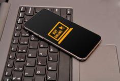 Icône en ligne de magasin dans le smartphone avec des clés de clavier Images stock