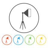 Icône légère de studio, d'isolement, blanche sur le bleu Images libres de droits