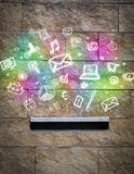 Icônes colorées et symboles éclatant hors d'une boîte aux lettres Photo stock