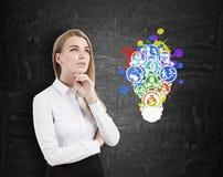 Icônes d'affaires de femme blonde et d'ampoule Photos libres de droits