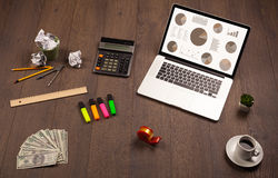 Icônes de graphique de graphique circulaire sur l'écran d'ordinateur portable avec des accessoires de bureau Photo stock