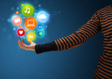 Icônes de multimédia dans la main d'une femme Images stock