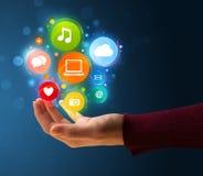 Icônes de multimédia dans la main d'une femme Image libre de droits