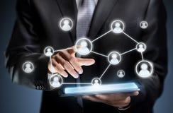 Icônes de personnes de pressing d'homme d'affaires sur un comprimé Photo stock