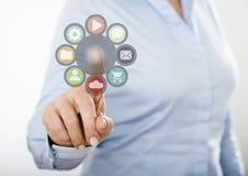 Icônes de Web de pressing de femme d'affaires sur l'écran tactile numérique Photographie stock libre de droits